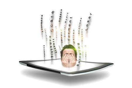 Conceptueel beeld van een man onderworpen aan cyberpesten en roofzuchtig online gedrag in chatrooms en forums met zijn hoofd die van een tablet-scherm voor zijn ogen omringd door streaming tekst Stockfoto