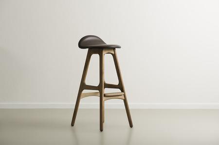 moulded: Taburete de la barra de madera con un moldeado permanente asiento de cuero centrada en un cuarto vac�o minimalista con una pared y copyspace blanco, formato horizontal