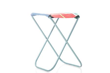 Klasse metalen frame draagbare vouwen kruk met een doek of textiel plek voor picknicks en kamperen bekeken ongevouwen op een schuine hoek op wit wordt geïsoleerd