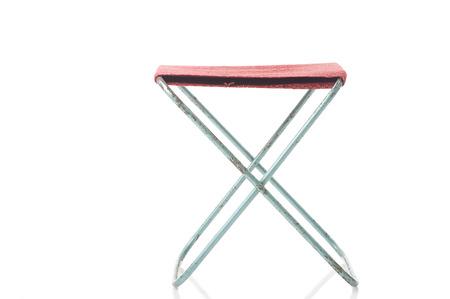 Eenvoudige vouwen doek kruk met een textiel zetel openstaan, vooraanzicht geïsoleerd op wit, draagbare voor gebruik op picknicks en kamperen