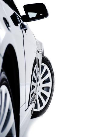 Side carrosserie van een moderne zwarte auto met sport lichtmetalen wielen en een uitstekende vleugel spiegel gezien de lengte van het voertuig op wit wordt geïsoleerd Stockfoto