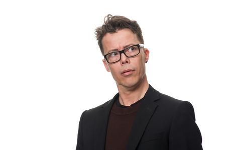 Close-up doordachte zakenman met bril op zoek naar afstand Serieus tegen witte achtergrond, benadrukkend Verward gezichtsuitdrukking. Stockfoto