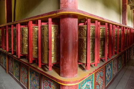 寺院での祈りの車輪