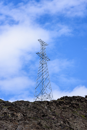 青空下の電線塔