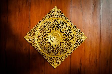 Hout Thaise patroon op de deur bossen Stockfoto
