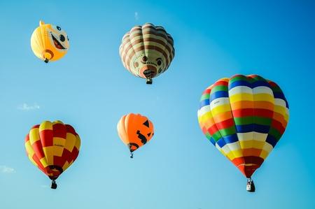 Kleurrijke fantasie Luchtballon stijgt in de blauwe hemel Stockfoto - 12185849