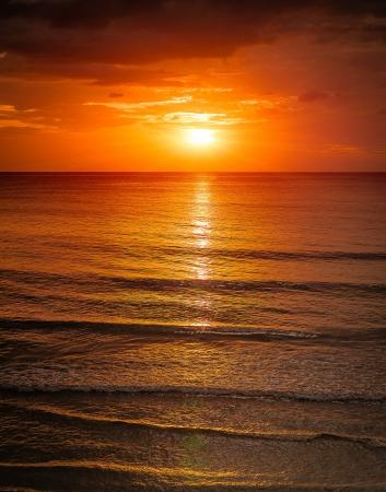 Zonsopgang in de zee met softwave en bewolkt