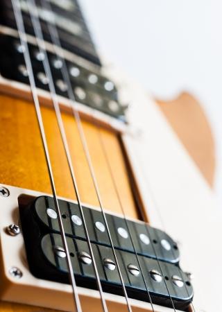 Elektrische gitaar humbucker pick-up Honey Burst kleur op witte achtergrond isoleren