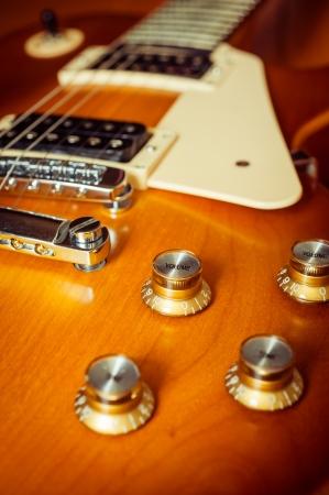 vintage: Elektrische gitaar Honey Burst kleur op de vloer met knop controle Stockfoto