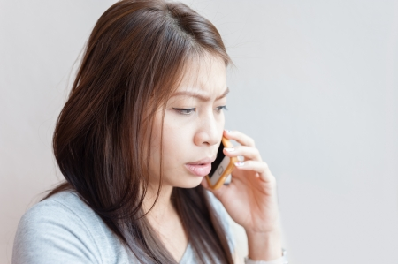Aziatische vrouw praten over de mobiele telefoon Stockfoto - 18915482