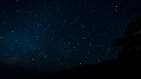 Starfield in nachthemel met melkweg hoge iso