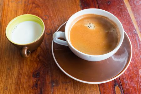 Espresso koffie in witte kop koffie op oude houten tafel