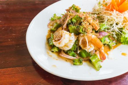 pikante garnalen met gevleugelde bonen salade en gebakken knoflook op top Thais eten