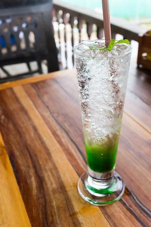munt frisdrank verse koude drank sodawater ijsblokjes in glas pepermunt op topping op houten tafel in het restaurant
