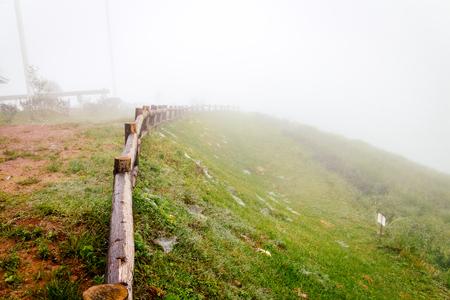 oude houten hek in de tuin met mistige mist