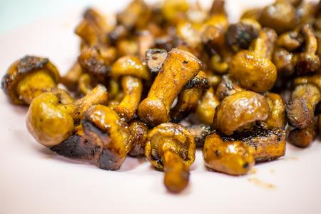 Shii-take paddestoelen gebakken met sojasaus Thaise eten Stockfoto