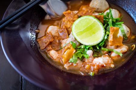 Thai Noodles pittige Tom Yum soep met varkensvlees en citroen op topping straat eten in Thailand