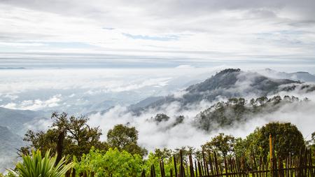 Berg met mistige mist in Thailand ochtendtijd Stockfoto - 47856703