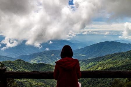reiziger vrouw kijken zicht van de berg met bewolkte hemel in