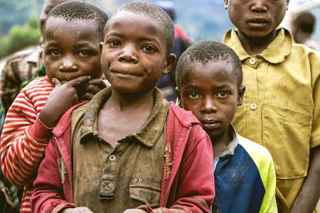 vestidos antiguos: Byumba, Ruanda, �frica - 6 septiembre 2015: no identificados a los ni�os africanos. Parecen pobres en su ropa vieja y se ven con los ojos de esperanza.