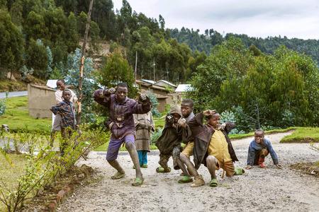 vestidos antiguos: Byumba, Ruanda, �frica - 6 septiembre 2015: Los ni�os no identificados. Las caras de �frica. Los ni�os que son entendidos como pobres de su ropa vieja y zapatos plantean felizmente.