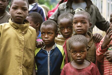 vestidos antiguos: Byumba, Ruanda, �frica - 6 septiembre 2015: los ni�os africanos no identificados. Los ojos abatidos y caras sucias de los ni�os que est�n en la ropa vieja revelan su pobreza.