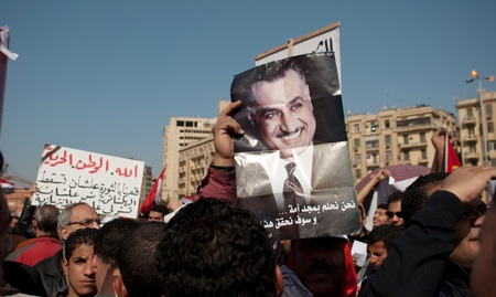 EL CAIRO 25 de enero: los partidarios de los partidos nasseristas pancartas y fotografías de Gamal Abdel Nasser durante el primer aniversario de la sublevación de Egipto en la plaza Tahrir. El Cairo, Egipto. 25 de enero 2012 Foto de archivo - 12074033