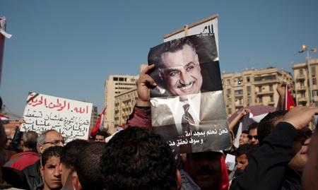 EL CAIRO 25 de enero: los partidarios de los partidos nasseristas pancartas y fotograf�as de Gamal Abdel Nasser durante el primer aniversario de la sublevaci�n de Egipto en la plaza Tahrir. El Cairo, Egipto. 25 de enero 2012 Foto de archivo - 12074033