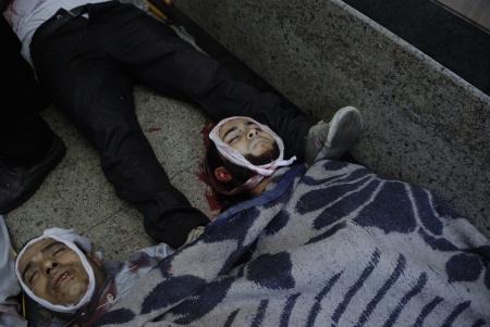 malandros: EL CAIRO - 27 de julio: Morsi muertos partidario en improvisado hospital que han sido asesinados por las fuerzas de seguridad y matones en Rabaa el-Adawya. 27 de julio 2013. El Cairo, Egipto