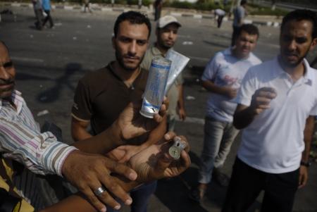 malandros: EL CAIRO - 27 de julio: los cartuchos Demostración y cáscaras de granadas de humo que se encuentran en zona de Rabaa el-Adawya donde las fuerzas de seguridad y matones atacaron a los partidarios Morsi. 27 de julio 2013. El Cairo, Egipto