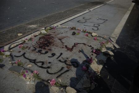 malandros: EL CAIRO - 27 de julio: La sangre encontrada en el suelo en el �rea Rabaa el-Adawya donde las fuerzas securtiy y matones atacaron a los partidarios Morsi. 27 de julio 2013. El Cairo, Egipto