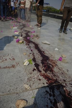 malandros: EL CAIRO - 27 de julio: La sangre encontrada en el suelo en el área Rabaa el-Adawya donde las fuerzas securtiy y matones atacaron a los partidarios Morsi. 27 de julio 2013. El Cairo, Egipto
