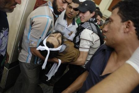 malandros: EL CAIRO - 27 de julio: Morsi partidario hombre muerto en el hospital improvisado que han sido asesinados por las fuerzas de seguridad y matones en Rabaa el-Adawya. 27 de julio 2013. El Cairo, Egipto