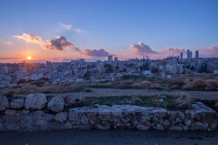 photo de paysage urbain d'Amman-Jordanie au coucher du soleil depuis la citadelle d'Amman
