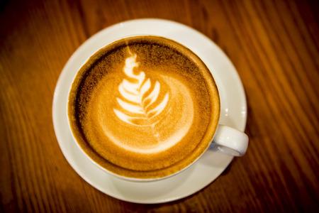 cafe bombon: Taza de café con arte del latte árbol de Navidad. Foto de archivo