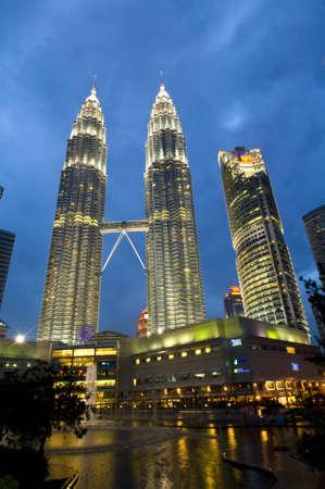 petronas: KUALA LUMPUR, MALASIA - 06 de enero: Vista nocturna de Las Torres Petronas en Enero 06, 2011 en Kuala Lumpur, Malasia. El rascacielos (451.9m88 pisos) es el m�s alto de los edificios gemelos del mundo. Editorial