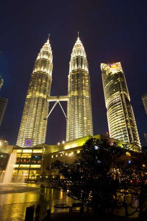 KUALA LUMPUR, MALAYSIA - JANUARY 06: Night view of The Petronas Twin Towers on January 06, 2011 in Kuala Lumpur, Malaysia. The skyscraper (451.9m/88 floors) is the tallest twin buildings in the world. Publikacyjne
