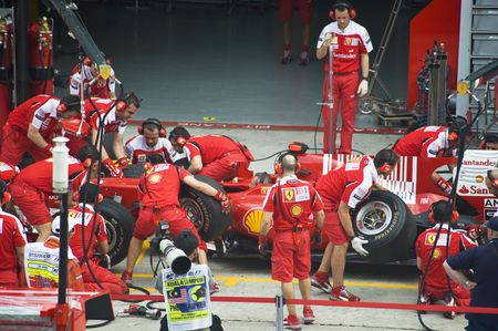 Sepang Circuit F1, Malaisie - 2 Avril 2010 - L'équipage de l'équipe de course F1 Scuderia Ferrari pratiquer pneus changent au cours du Grand Prix de Malaisie Petronas 2010 Avril 2-4, Sepang. Éditoriale