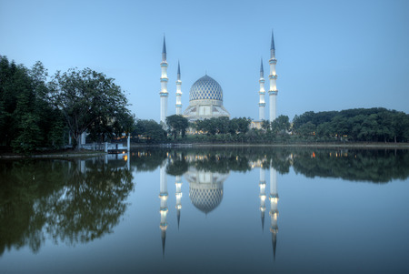 alam: The beautiful Sultan Salahuddin Abdul Aziz Shah mosque during blue hour, Malaysia Stock Photo