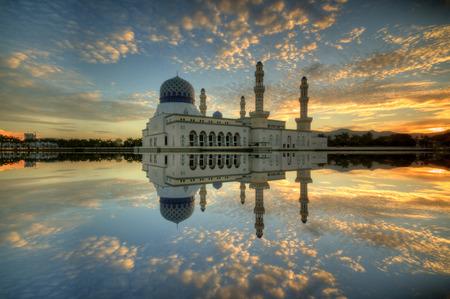 フローティング モスク、ボルネオ島マレーシア ・ サバ州コタキナバル市街の美しい 写真素材
