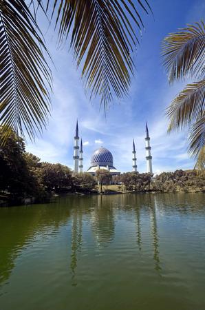 alam: The Beautiful Sultan Salahuddin Abdul Aziz Shah Mosque (Shah Alam Mosque)