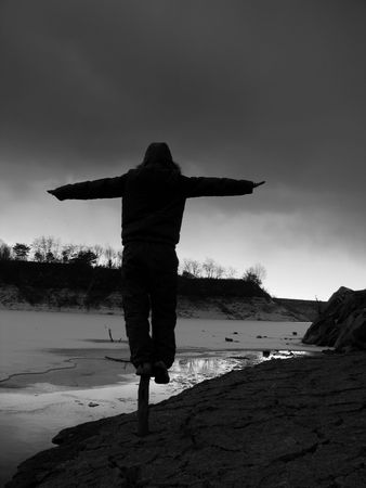 frozen lake: het maken van een evenwicht door het bevroren meer Stockfoto