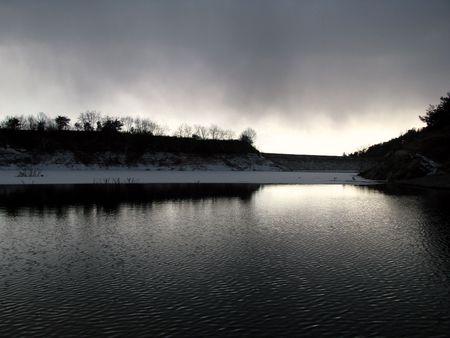 frozen lake: bevroren meer in zons ondergang Stockfoto