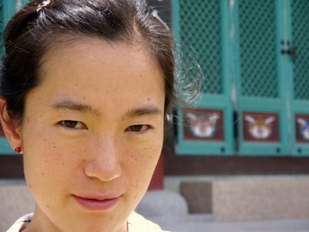 una mujer asiática en frente de un templo budista