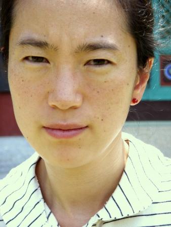 semblance: uno asiatico donna rosso con orecchino Archivio Fotografico