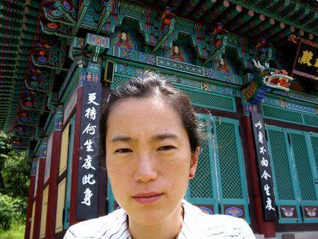 semblance: uno asiatico donna di fronte a un tempio buddista