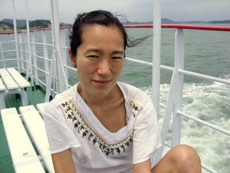 vacance: una ragazza con i capelli neri seduto sulla panchina a bordo di una nave