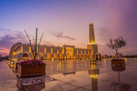 Außenansicht der Imam Muhammad ibn Abd al-Wahhab Moschee (Staatsmoschee von Katar) bei Sonnenuntergang mit Wolken am Himmel