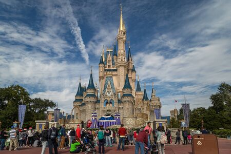 Orlando Florida,USA-December 11,2014:Cinderella's castle in Magic kingdom with people in foreground and clouds in sky in background 免版税图像 - 133523601