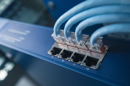 cable red: Conmutador de red con cables de red en el bastidor Foto de archivo